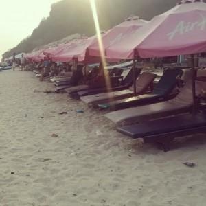 Kursi malasnya silahkan disewa, menuju surga dunia Pantai Pandawa